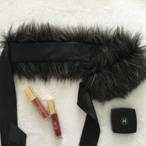 Čiernostrieborná kožušinová čelenka a golier v jednom