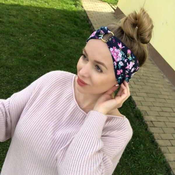 Tmavomodrá elastická úpletová čelenka s kvetinkami GOLDEN CIRCLE FLOWERS s dvoma možnosťami nosenia by Sissque